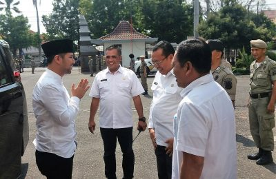 Wagub Jawa Timur Emil saat disambut oleh Bupati Situbondo dan Wabup Situbondo. (foto:fat)