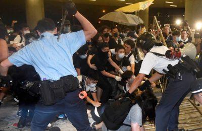Polisi memukul mundur para pengunjuk rasa yang menduduki gedung Dewan legeslatif Hongkong. (foto. Ist)