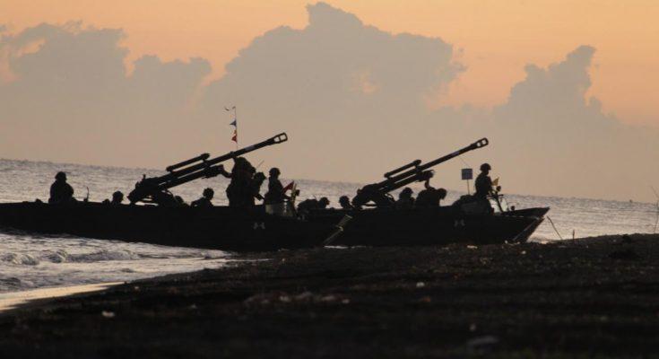 Pendaratan Amfibi pasukan Korps Marinir yang diangkut oleh KRI Makassar- 590 dan KRI Teluk Banten- 516.