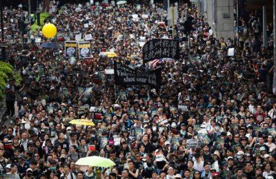 Para pengunjuk rasa memenuhi jalan di distrik Sha Tin, Hong Kong (Foto.Kin Cheung / AP)