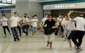 Kelompok pria  dengan penutup wajah menyerang  penumpang & pengunjuk rasa di stasiun MTR Hong Kong. (foto. Istimewa)