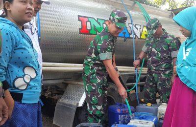Dandim 0819 Pasuruan, Letkol Arh Burhan FA saat mengisikan air bersih ke jurigen milik warga di Dusun Beringin, Desa Jeladri, Selasa (9/7/2019) pagi. (Foto : abd)