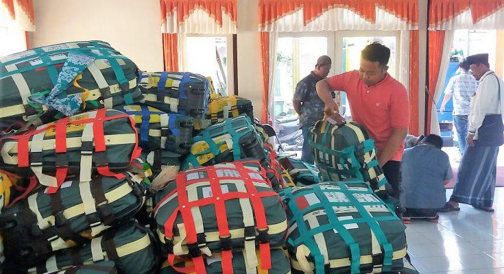 Petugas tengah mengumpulkan ratusankoper CJH di Kantor Kemenag Situbondo. (foto:fat)