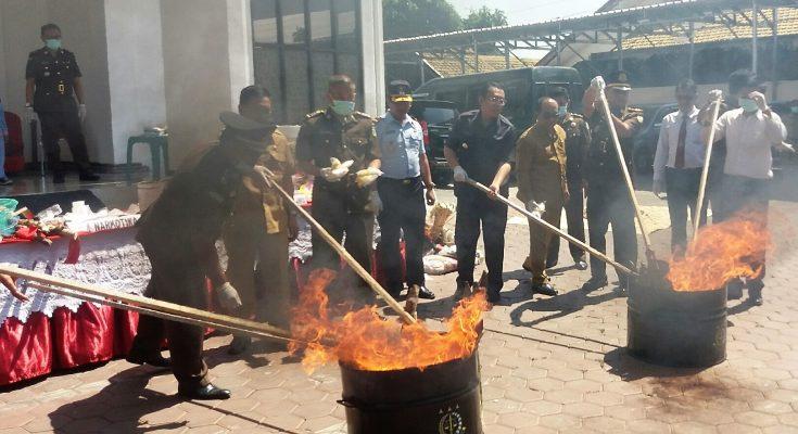 Bupati Dadang Wigiarto, Kajari Nur Slamet, Wabup Yoyok Mulyadi, ketua PN Situbondo, dan Kepala Rutan Situbondo, saat memusnahkan barang bukti di Kejari Situbondo. (foto:fat)