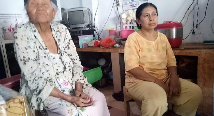 Nenek Sukarna dan Jumrani, saat ditemui dirumahnya. (foto:fat)