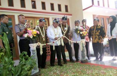 Bupati Dadang Wigiarto,  didampingi konsulat Jepang Surabaya, Masaki Tani, saat memotong pita, tandan diresmikan rumah bersalin di UPT Puskesmas Sumbermalang. (foto:fat)