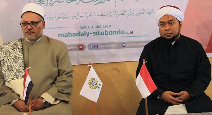 KHR Ahmad Azaim Ibrahimy, saat mendampingi mantan Rektor Universitas Al-Azhar, Kairo, Mesir.