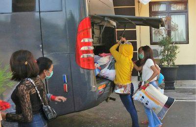 12 gadis asal Bandung, saat akan diberangkatkan menggunakan bis di Mapolres Situbondo. (foto:fat)