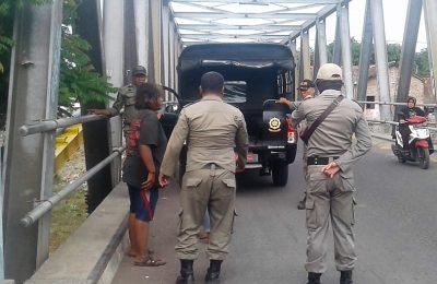 Petugas Satpol PP mengamankan salah seorang anak punk di kota Situbondo. (foto:fat)