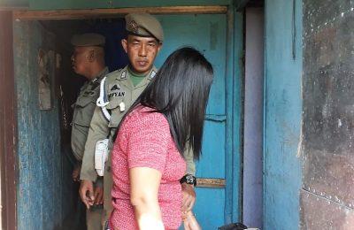 Petugas Satpol PP Pemkab Situbondo, saat menggelaandang PSK di sepanjang jalur pantura Situbondo. (foto:fat)