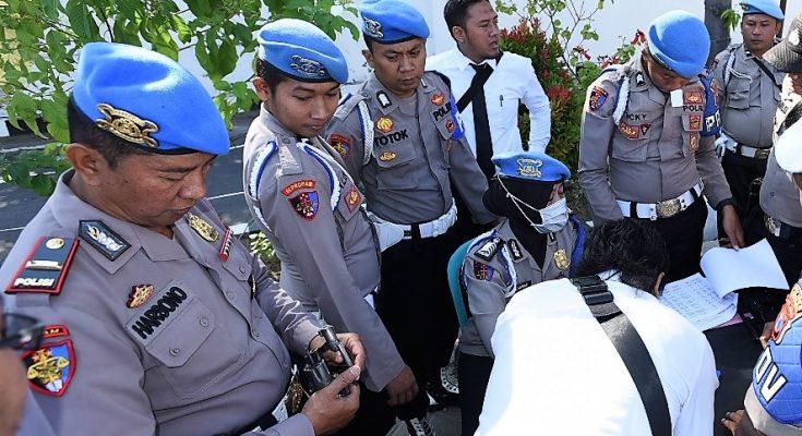 Kasi Propam Polres Situbondo Ipda Harsono, saat memantau langsung pemeriksaan senpi di halaman depan Mapolres Situbondo. (foto:fat)