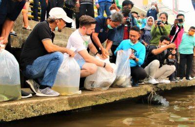 Wali Kota Pontianak, Edi Rusdi Kamtono melepas bibit-bibit ikan ke Sungai Kapuas sebelum memulai aksi bersih-bersih pada World Cleanup Day 2019 di kawasan Waterfront, Sabtu (21/9). (foto:das)