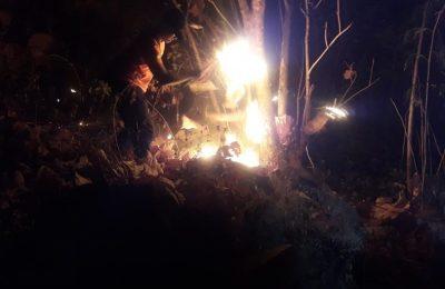 Seorang petugas PNPB sedang memedamkan api yang membakar hutan rakkyat di Situbondo. (foto:fat)