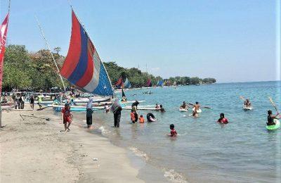 Pantai Pasir Putih Situbondo ramai dikunjungoi wisatwan lokal di hari libur. (foto:fat)