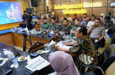 Pertemuan pembahasan tentang legalitas warga Dusun Merak di IR Pemkab Situbondo, dan dipimpin langsung oleh Bupati Dadang Wigiarto. (foto:fat)