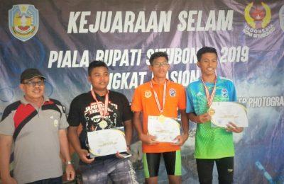 dua atlet Situbondo, saat penyerahan medali dan piadam penghargaan. (foto:fat)