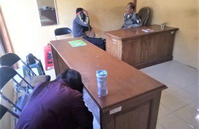 salah satu pasangan selingkuh, saat diamankan di kantor Satpol PP Pemkab Situbondo. (foto:fat)