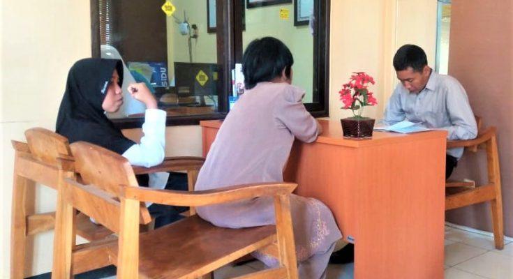 Korban saat melaporkan kasus yang dialaminya ke SPKT Polres Situbondo. (foto:fat)