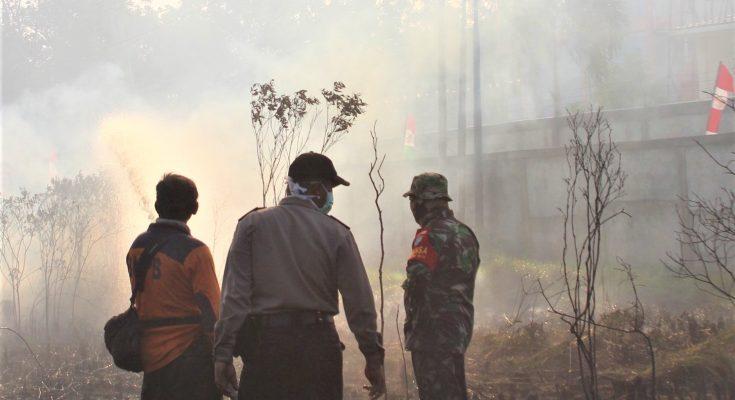 Petugas tengah memadamkan titik api yang membakar lahan di pontianak. (foto:das)