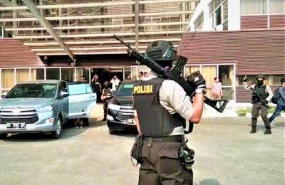 Aparat kepolisian saat membantu pengamaman penggeledahan kantor  Bupati Bengkayang. (foto:das)