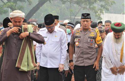 Kapolda Kalbar Ijen Pol Didi Hayono bersama masyarakat menggelar solat istisqa. (foto:das)