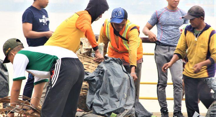 TNI AL bersama masyarakat membersihkan sungai kapuas dari kotoran sampah. (foto:fat)