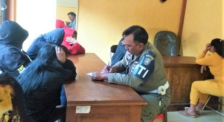 Ketujuh PSK yang terjaring Satpol PP Situbondo tengah dimintai keterangan akntor satpol PP. (foto:fat)