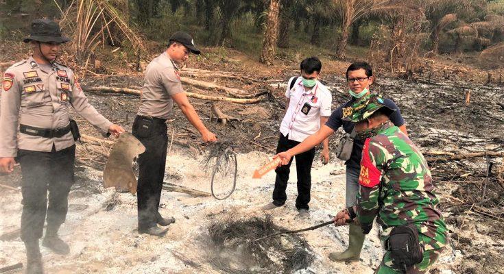 Polisi melakukan penyelidikan di lokasi lahan yang terbakar. (foto: ist)