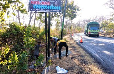 Kanit laka Polres Situbondo, saat memasang banner imbauan. (foto:fat)