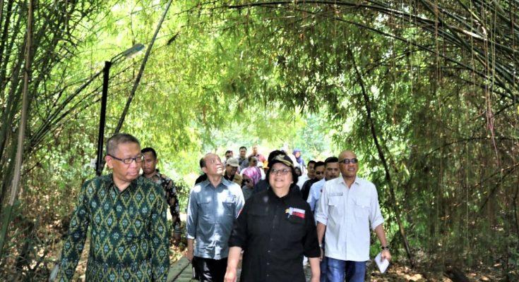 Menteri Lingkungan Hidup dan Kehutanan Siti Nurbaya bersama Gubernur Kalbar H. Sutarmidji meninjau rumah Radakng, Alun-Alun Kapuas dan Taman Digulist, Pontianak Kalimantan Barat. (foto:das)