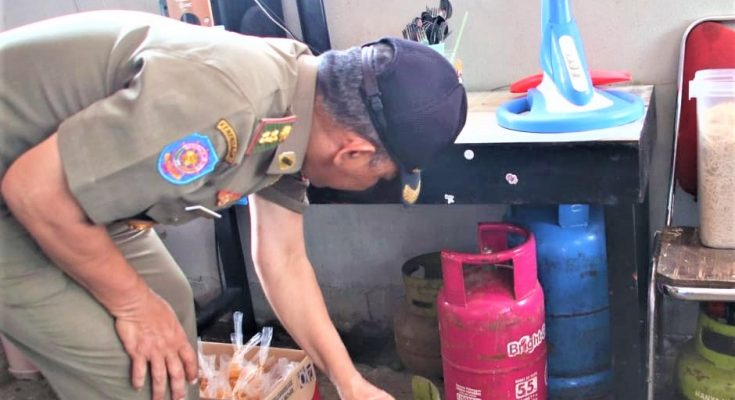 Petugas Gabungan Pemkot Pontianak menggelar razia ke sejumlah pelaku usaha untuk menukar tabung 3 kg ke tabung 5.5 kg. (foto:das)