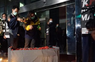 Koalisi Masyarakat Sipil mengelar aksi tabur bunga di gedung KPK jakarta, (foto:ist)