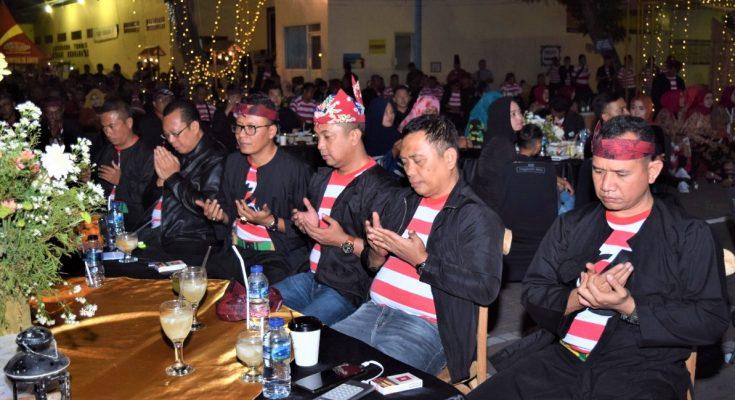 "Kapolres Situbondo AKBP Awan Hariono, Bupati Dadang Wigiarto, Wabup Yoyok Mulyadi, anggota Forkopimda, dan seluruh elemen masyarakat Situbondo, melakukan ""Deklarasi Indonesia Damai"", Sabtu (7/9/2019) malam. (foto:fat)"