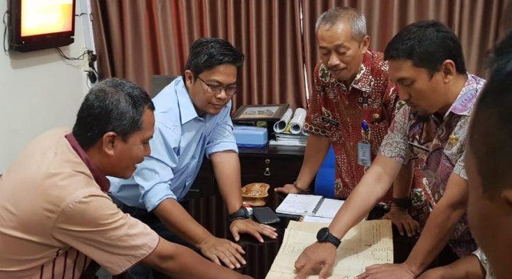 t.  Para petani yang didampingi Janur Sastra Ananda, saat melakukan koordinasi dengan kepala DPUPR Situbondo. (foto:fat)