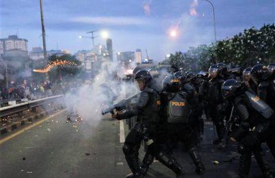 Polisi menmbakan gas air mata ke arah demonstran. (foto:ist)