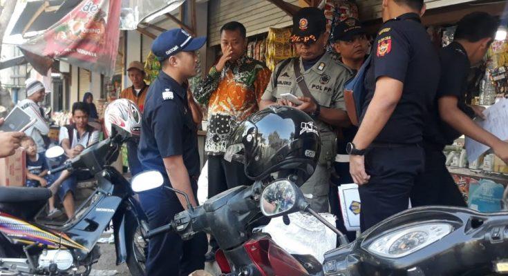 Petugas gabungan, saat melakukan Sidak ilegal disejumlah toko di Situbondo. (foto:fat)