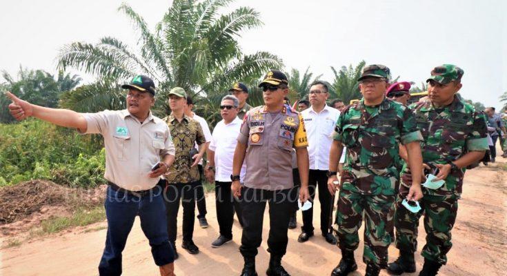 Kapolda Kalbar Irjen Pol Didi Haryono (tengah) meninjau lokasi kebakaran di wilayah kuburaya disekitar PT MAR Kubu Raya, hutan lindung d kebun rakyat. (foto:ist)