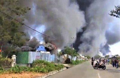 Sejumlah ruamh dan bangunan yang dibakar massa. (foto:ist)