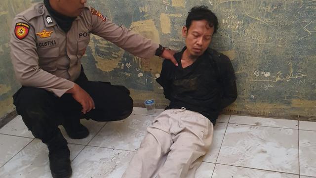 Salah seorang pelaku aksi penyerangan saat diamankan petugas. (foto:ist)
