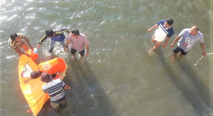 Tim SAR saat mengevakuasi jenazah nenek  berusia 99 tahun yang ditemukan tewas mengapung  di sungai. (foto:fat)
