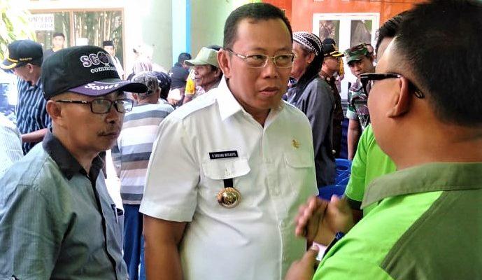 Bupati Situbondo Dadang Wigiarto saat meninjau Pilakdes serentak. (foto:fat)