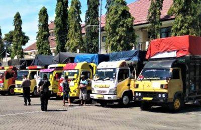 Truk pengangkut siap mendistrubusikan logistik Pilakdes. (foto:fat)