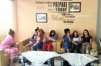 Belasan gadis asal Bandung, Jabar, saat diamankan di Mapolres Situbondo, beberapa waktu lalu. (foto:dok RN)
