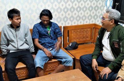 Dinsos Situbondo, saat menyerahkan bantuan kepada dua warga Situbondo, yang memilih pulang dari Wamen. (foto:fat)