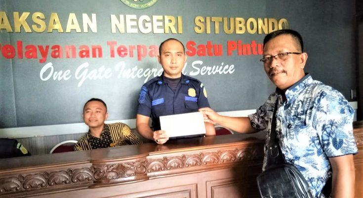 Ketua Badan Penelitian Aset Negara (BPAN) Situbondo, Edy Susanto saat melapor ke Kejari Situbondo. (foto:fat)