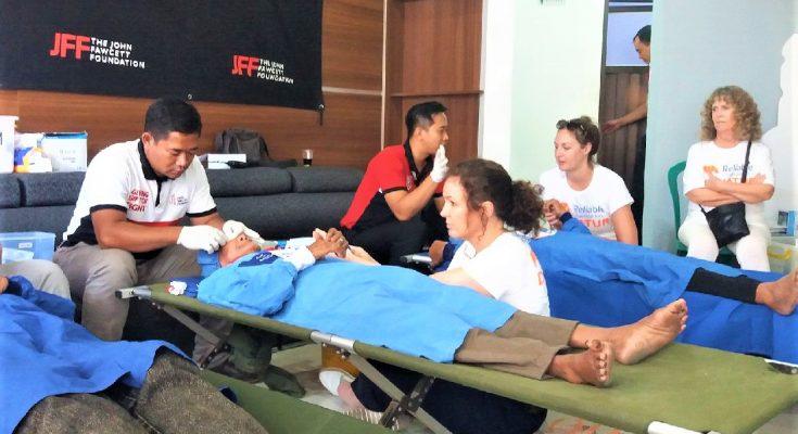 Para donatur dari Australia, saat melihat pelaksanaan operasi mata katarak gratis di GOR Baluran, Situbondo. (foto:fat)