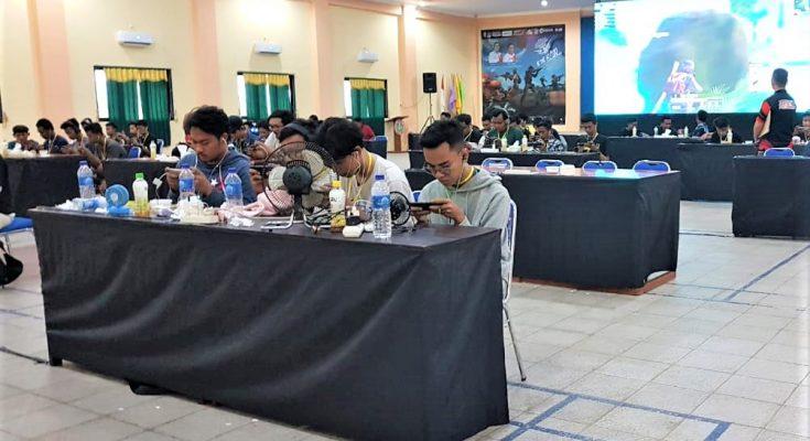 Para atlet E-Sport, saat bertanding di gedung PGRI Situbondo. (foto:fat)