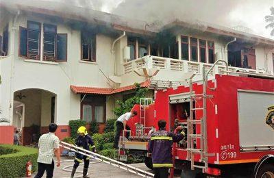 Petugas pemadam kebakaran tengah memadamkan api yang membakar rumah dinas Dubes RI di Bangkok, Thailand. (foto:AP)