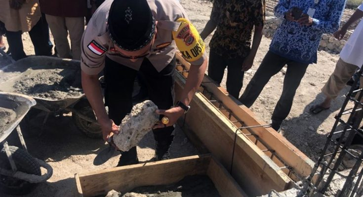 Kapolres Rote Ndao AKBP Bambang Hari Wibowo meletakkan batu pertama sebagai tanda dimulainya pembangunan Masjid Agung Al Ikhwan Ba'da di Kabupaten Rote Ndao, Nusa Tenggara Timur (NTT), Kamis (17/10/2019). (Ist)