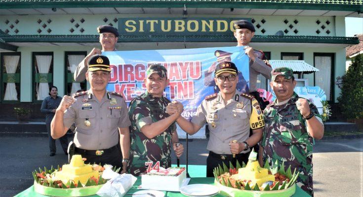 Kapolres AKBP Awan Hariono, saat memberikan nasi tumpeng dan kue ulang ke Dandim 0823 Situbondo Letkol Inf Ahmad Juni Toa. (foto:fat)